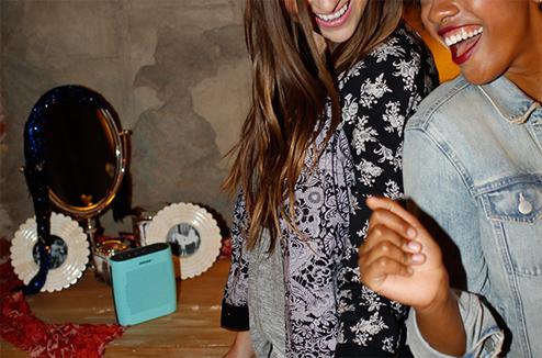 Deux filles dansent au son de la Bose SoundLink Color