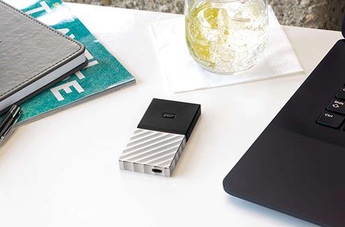 Le disque SSD My Passport de WD sur un bureau