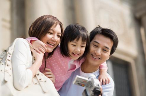 Une famille avec un caméscope