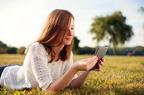 Lire un livre numérique dans un parc