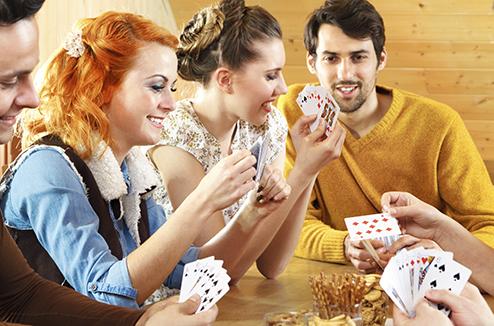 Personnes qui jouent à un jeu de société