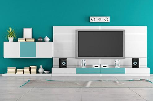 Une TV et des enceintes dans un salon bleu