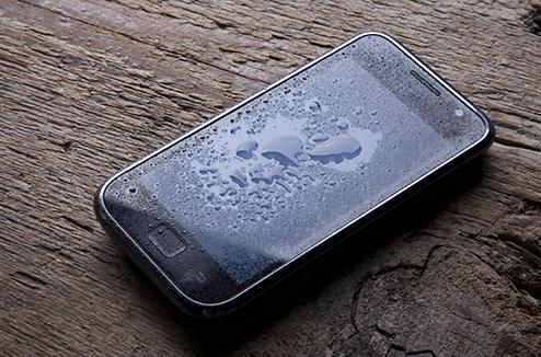 Smartphone avec des gouttes d'eau