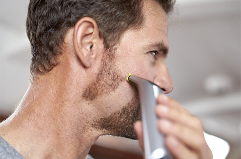 Rasage de la barbe avec la tondeuse hybride Philips OneBlade Pro