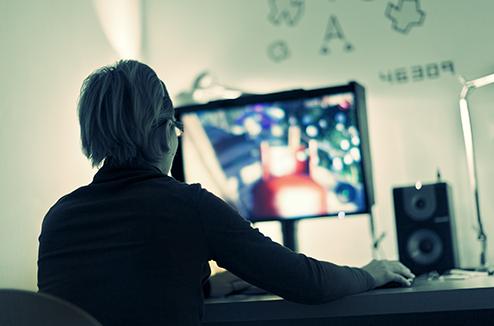 Une personne qui joue aux jeux vidéo sur son PC