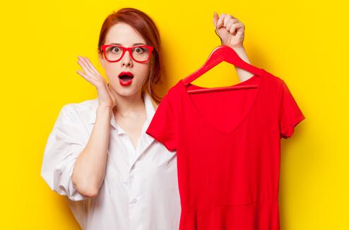 Comment défroisser ses vêtements sans fer à repasser