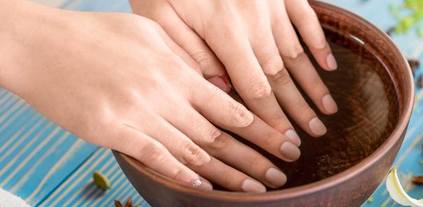 Comment prendre soin de ses ongles en quelques tapes - Comment bien se couper les ongles des mains ...