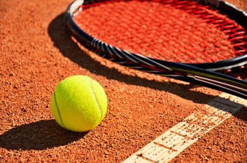 Balle de tennis sur un terrain de tennis