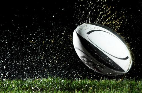 Un ballon de rugby rebondit sur le terrain