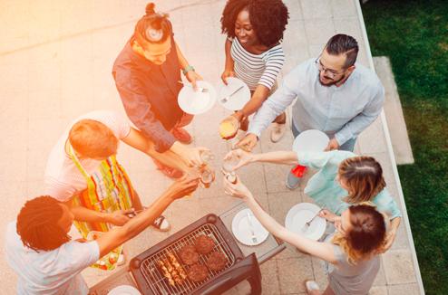 Un groupe d'amis trinque autour d'un barbecue