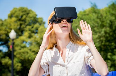 Une femme testant un casque de réalité virtuelle