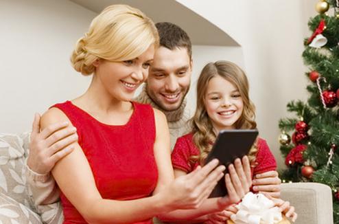 Famille à Noël avec une mini-tablette