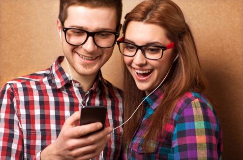 Un garçon et une fille regardent une vidéo sur un baladeur