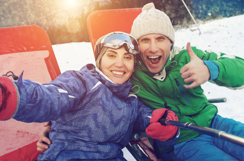 Selfie d'un couple au ski