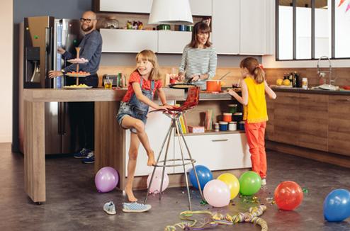 Une cuisine familiale, pratique et ludique, personnalisée avec des accessoires aux couleurs vitaminées