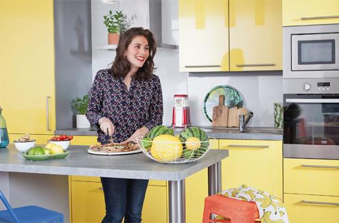Une cuisine peps et colorée réalisée chez Darty
