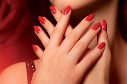 Manucure Dermtec : vernis rouge semi-permanent