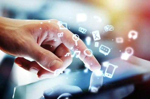 Illustration : tablette tactile avec une main