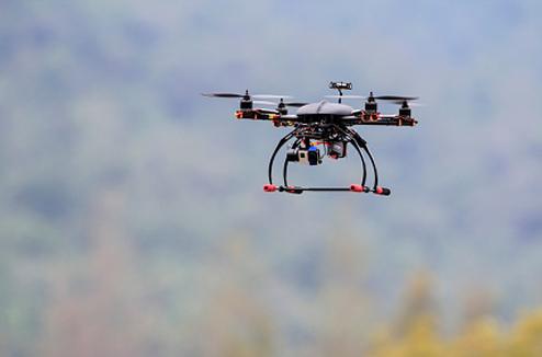 Un drone vole dans le ciel