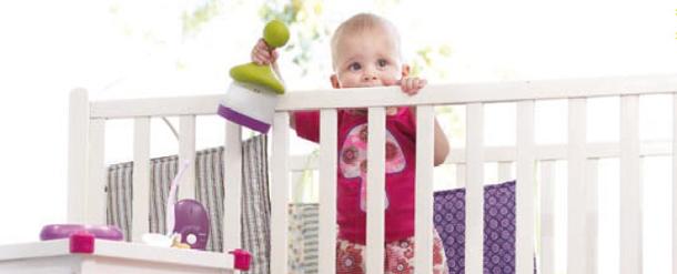 Idee Deco Salon Blanc Noir Rouge : utilité dun interphone pour surveiller bébé dans sa chambre