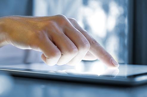 Une main avec un écran tactile