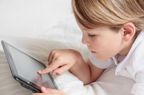 Enfant avec une tablette tactile