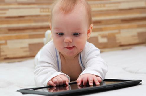 Enfant : bébé avec une tablette tactile