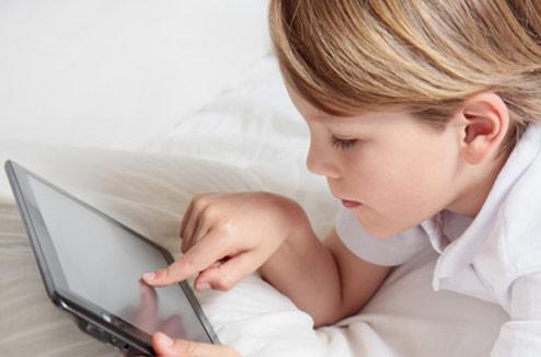 Illustration : enfant avec une tablette tactile