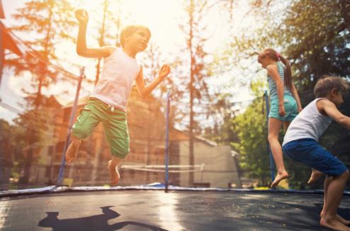 Des enfants jouent sur un trampoline
