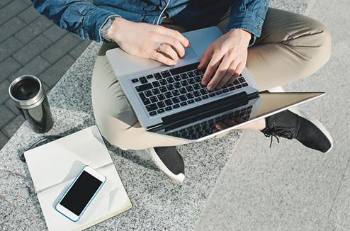 Étudiant avec un ordinateur portable