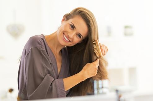 Une femme de brosse les cheveux
