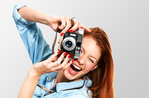 Une fille avec un appareil photo