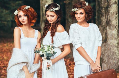 Trois filles bien coiffées et élégantes à un mariage