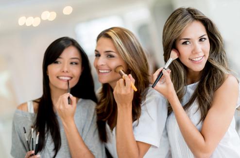 Trois filles se maquillent