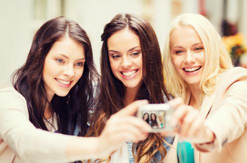 Trois copines font un selfie