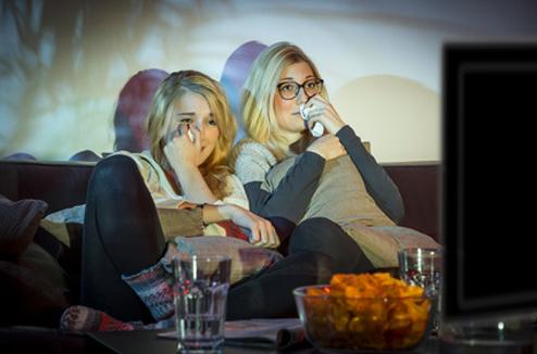 Deux filles émues devant un film