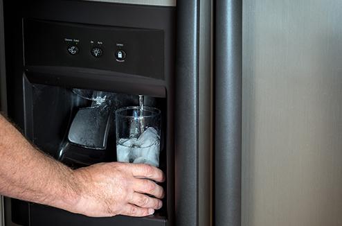 Branchement de la canalisation d'eau du réfrigérateur