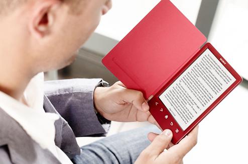 Personne avec une liseuse ebook Sony