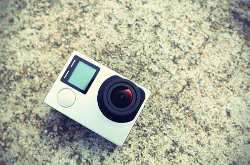 Une caméra type GoPro posée sur une pierre