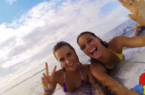 Deux filles se filment sur la plage