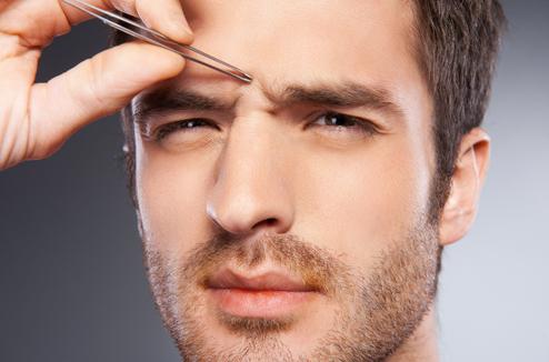 Un homme s'épile les sourcils