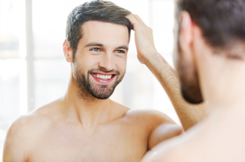 Un homme se regarde dans le miroir