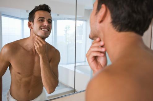 un homme face à un miroir