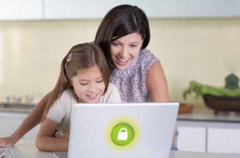 Parent expliquant le fonctionnement d'un ordinateur à un enfant