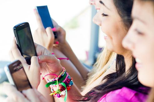 Jeunes avec téléphone mobile