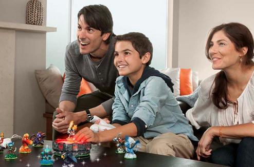 Famille jouant à Skylanders