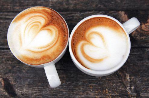 Deux tasses de cappuccino latte art