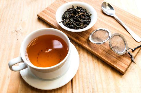 Une tasse de thé et du thé en vrac