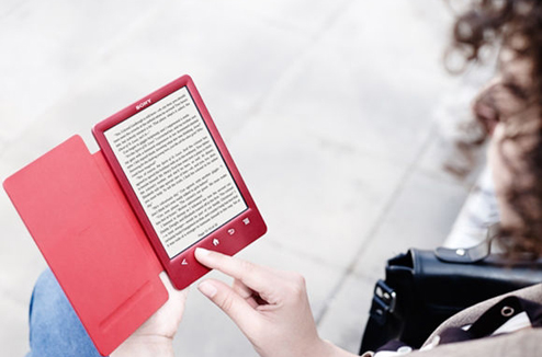 Illustration : personne qui lit un ebook sur une liseuse ebook rouge de Sony