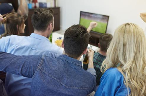 Regarder un match de foot devant la TV avec ses amis